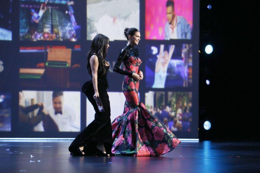 Kim Kardashian et Kendall Jenner lors de la cérémonie des Emmy Awards à Los Angeles le 22 septembre 2019