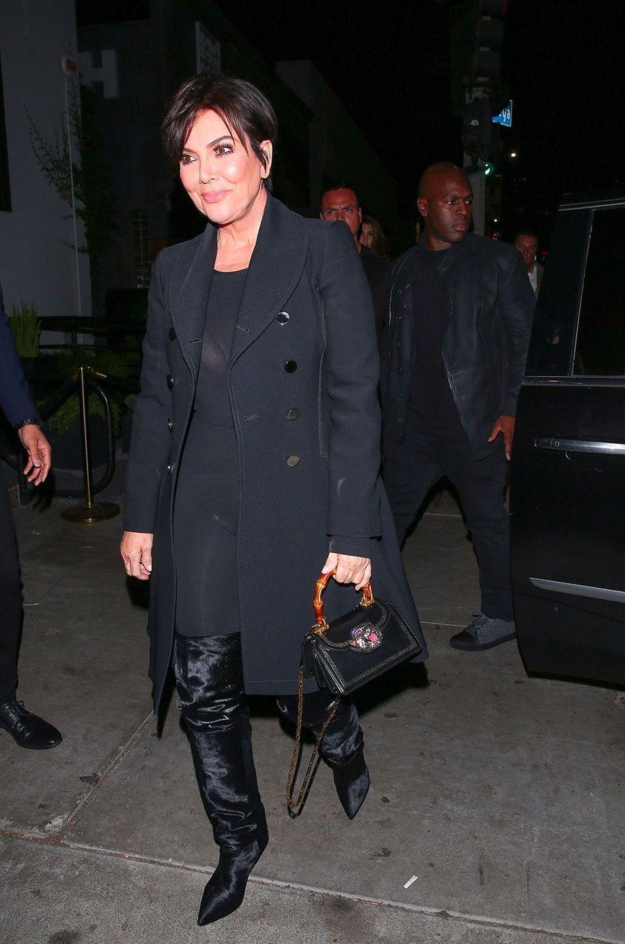 Kris Jenner arrive à l'anniversaire de Kendall Jenner