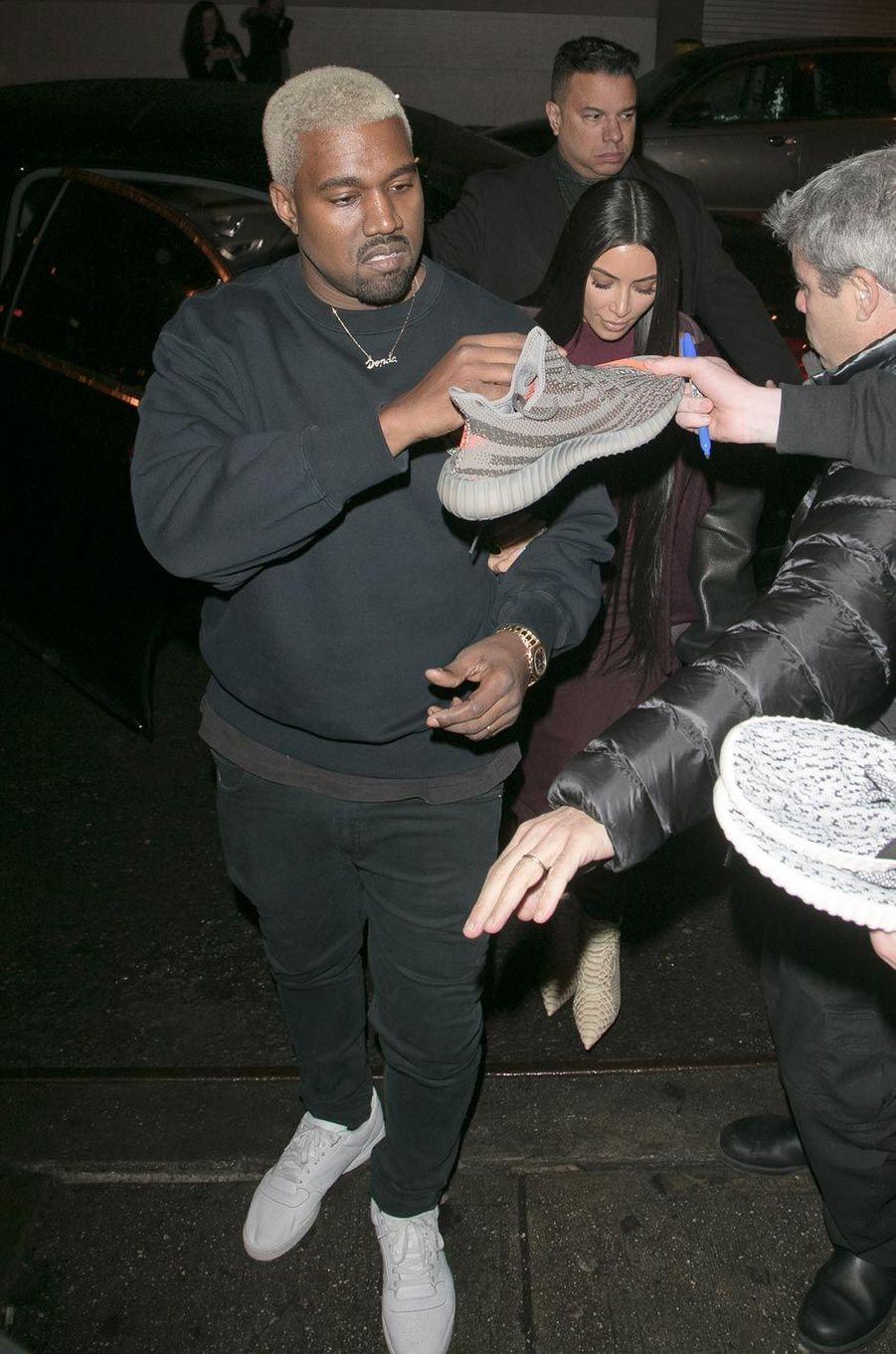 Kanye West signe des chaussures de sa collection.