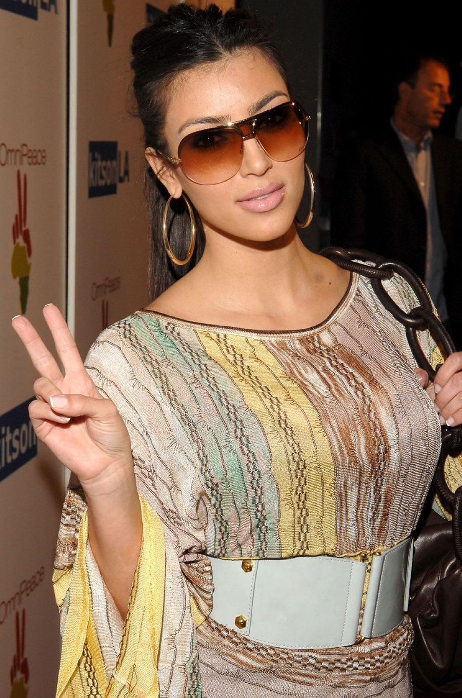 Kim Kardashian prend la pose en soirée.