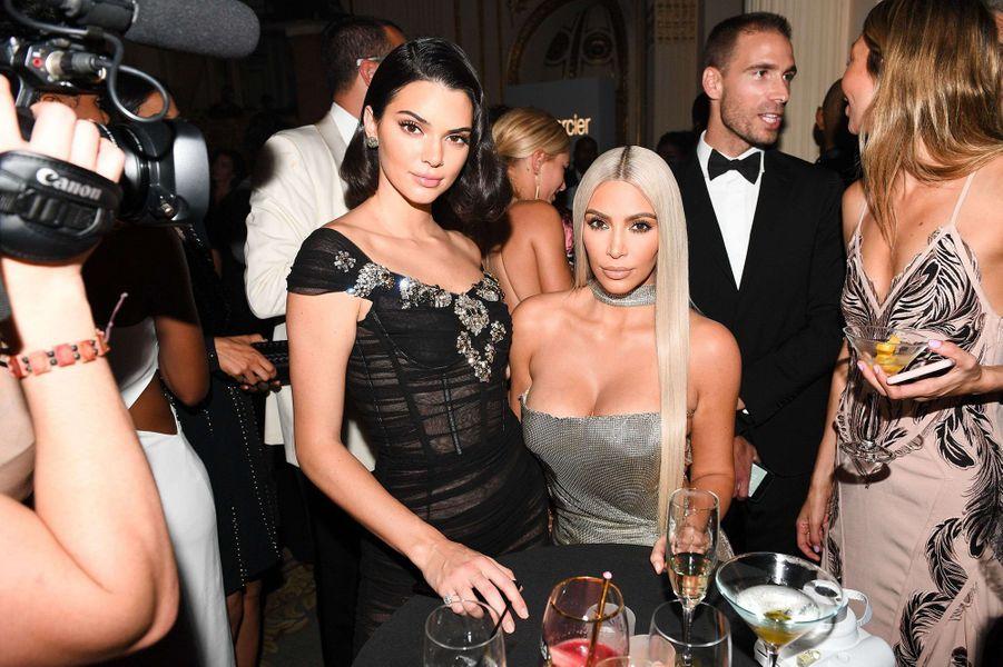 Kim Kardashian avec Kendall Jenner lors de la soirée Harper's Bazaar Icons Party.