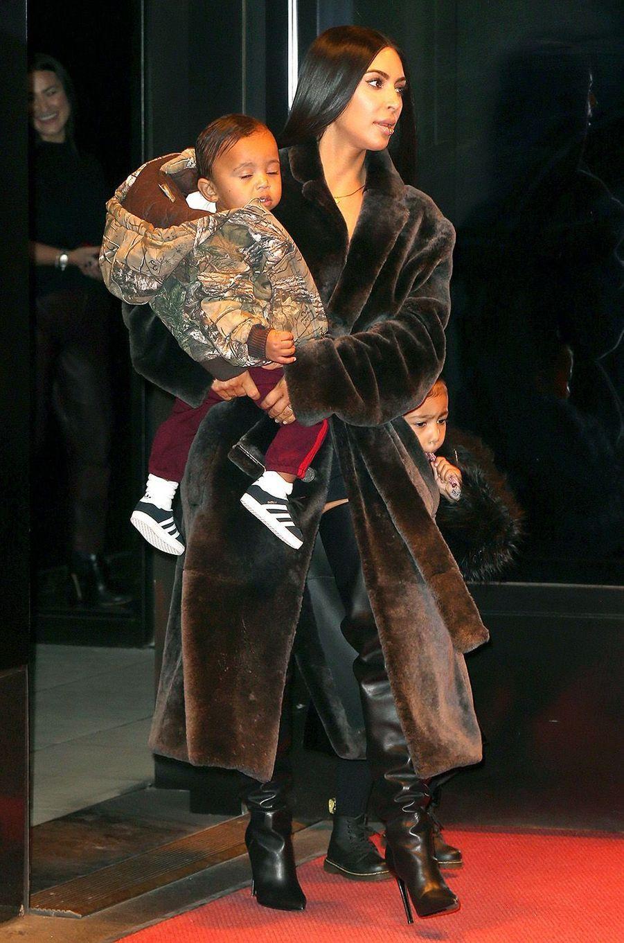 Kim Kardashian à New York avec ses enfants North et Saint, le 31 janvier 2017.