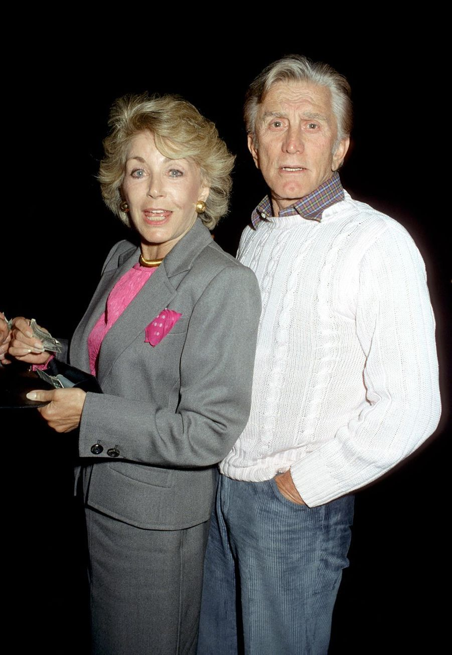 Kirk Douglas et sa femme Anne sortent du restaurant Spagos à Hollywood en 1986.