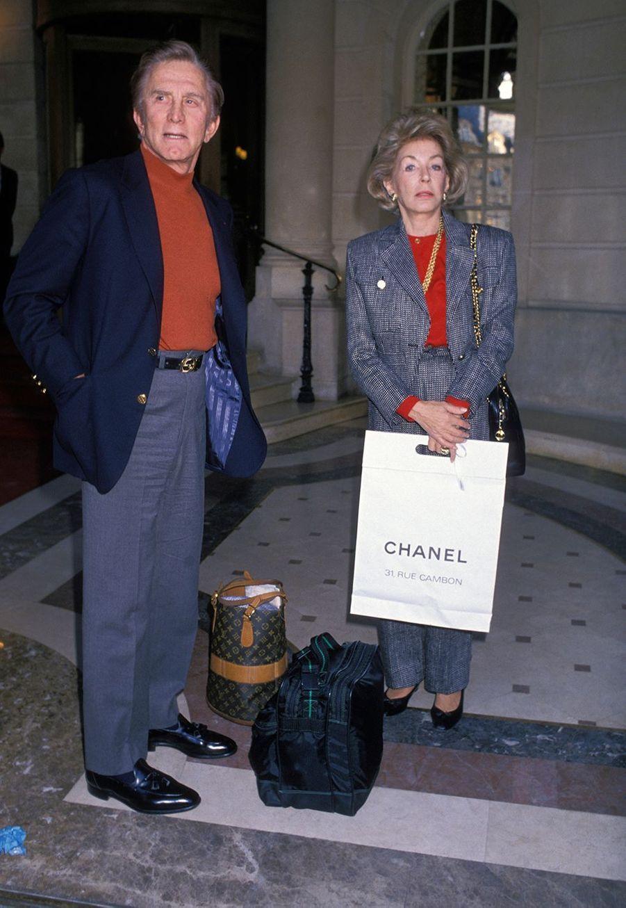 Kirk Douglas et sa femme Anne après une journée shopping à Paris en 1988.