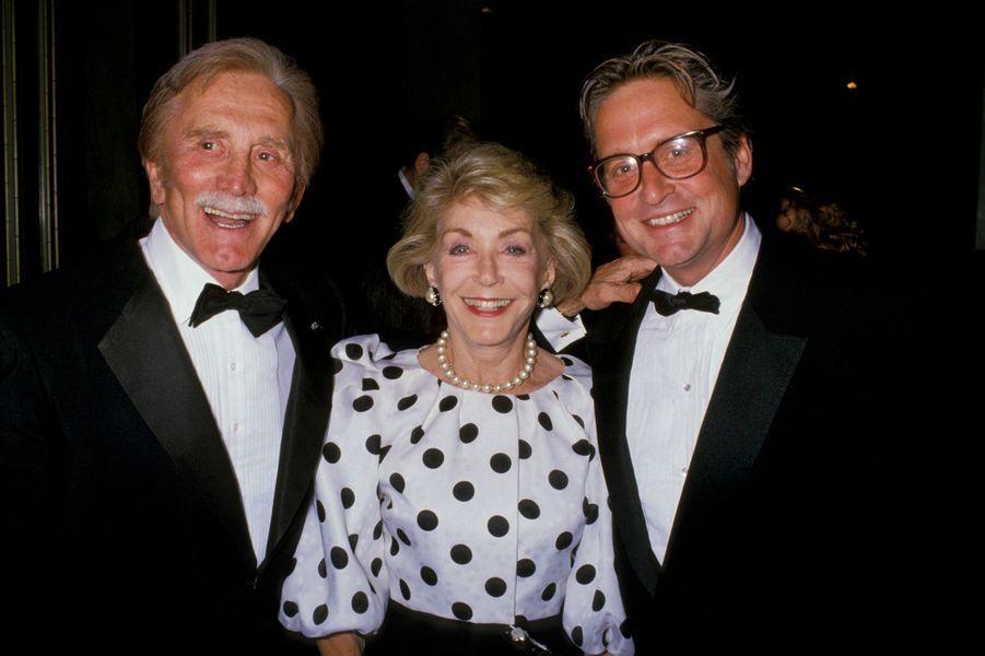 """Kirk Douglas avec sa femme Anne et son fils aîné Michael Douglas lors du gala """"Neil Jacobs International Peace Awards"""" à Beverly Hills."""