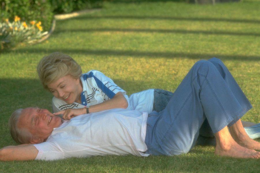 Kirk Douglas et sa femme Anne se relaxent dans leur jardin en 1991.
