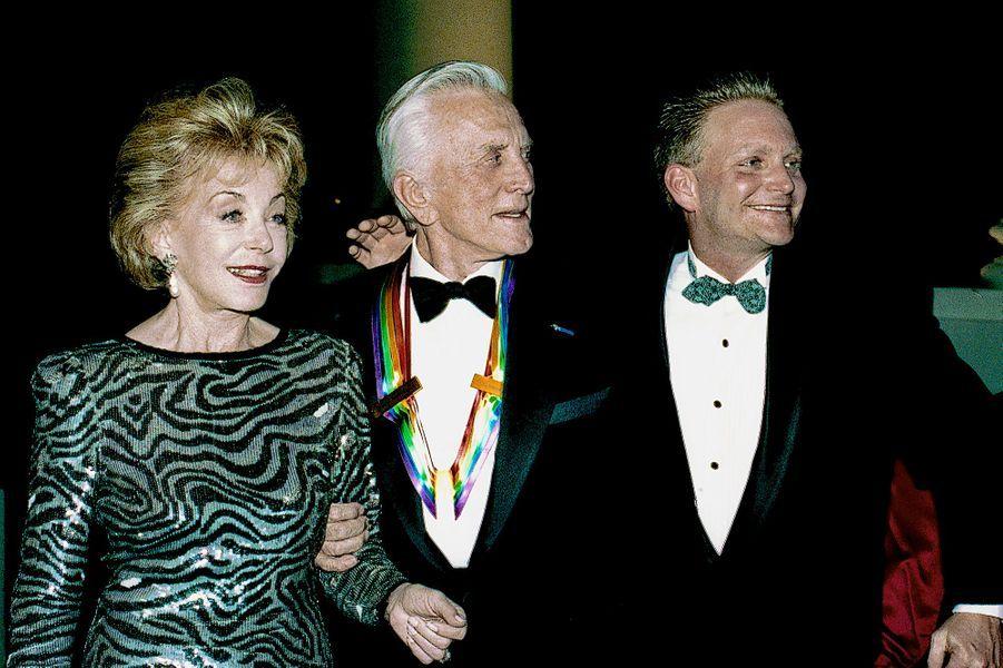 Kirk Douglas en compagnie de sa femme Anne et de son fils Eric Douglas se rendent à un gala à la Maison Blanche en 1994.