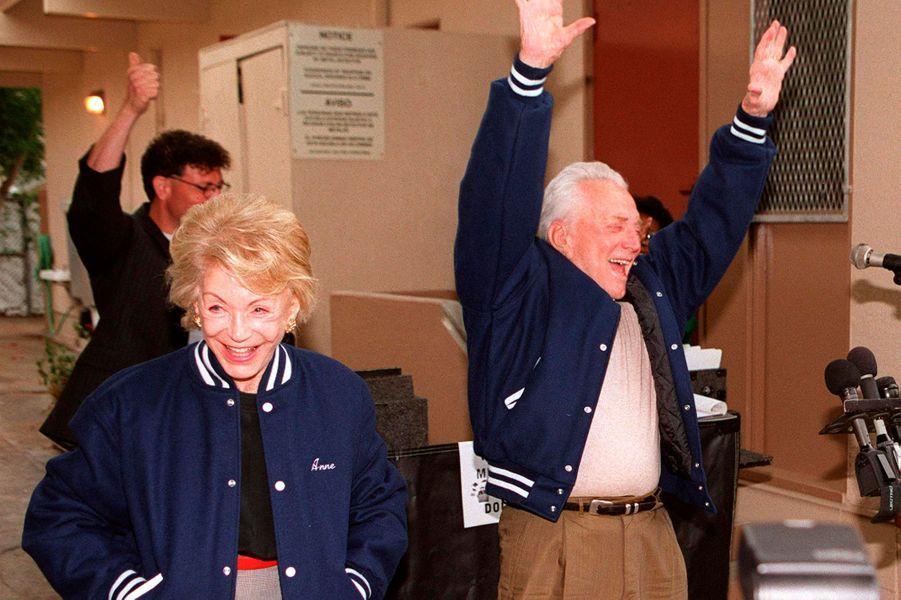 """Kirk Douglas et sa femme Anne à l'école nommée en hommage à l'acteur """"Kirk Douglas High School"""", à Northridge en 2000."""