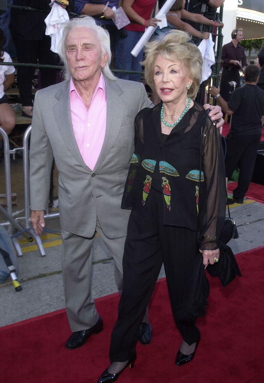 Kirk Douglas et sa femme Anne à la première d'un film de Joe Roth à Los Angeles en 2001.