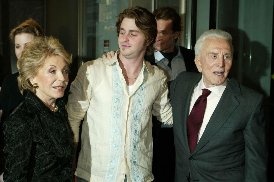 Kirk Douglas avec sa femme Anne et leur petit-fils Cameron Douglas à New York en 2003.