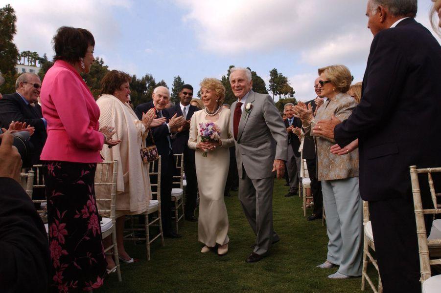 Kirk et Anne Douglas renouvellent leur voeux de mariage en 2004,à la villa de Greystone à Beverly Hills,50 ans après leur union.