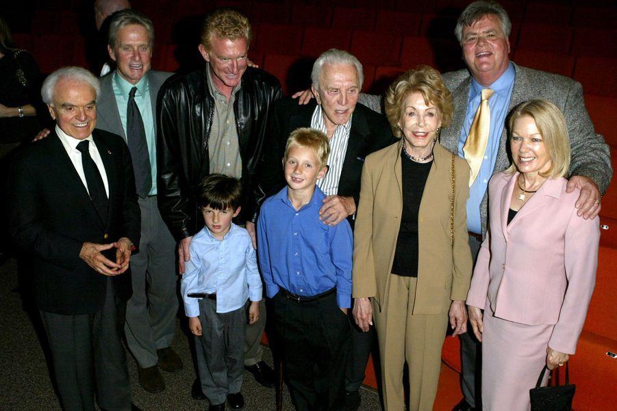 Kirk Douglas avec sa femme Anne, et ses fils Michael, Peter et Joel Douglas en 2004.