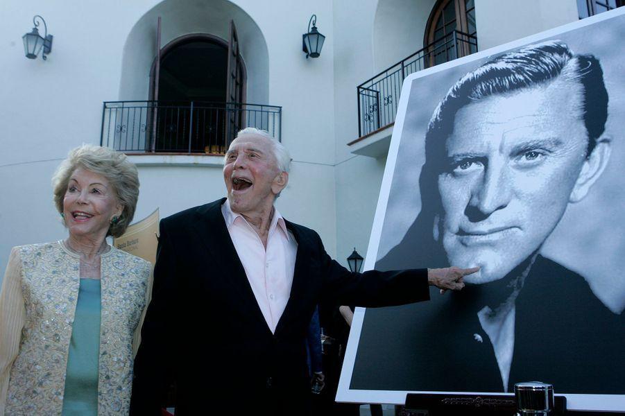Kirk Douglas et sa femme Anne lors duSanta Barbara International Film Festival en 2006. L'acteur a été récompensé par le prix de l'excellence lors du festival.