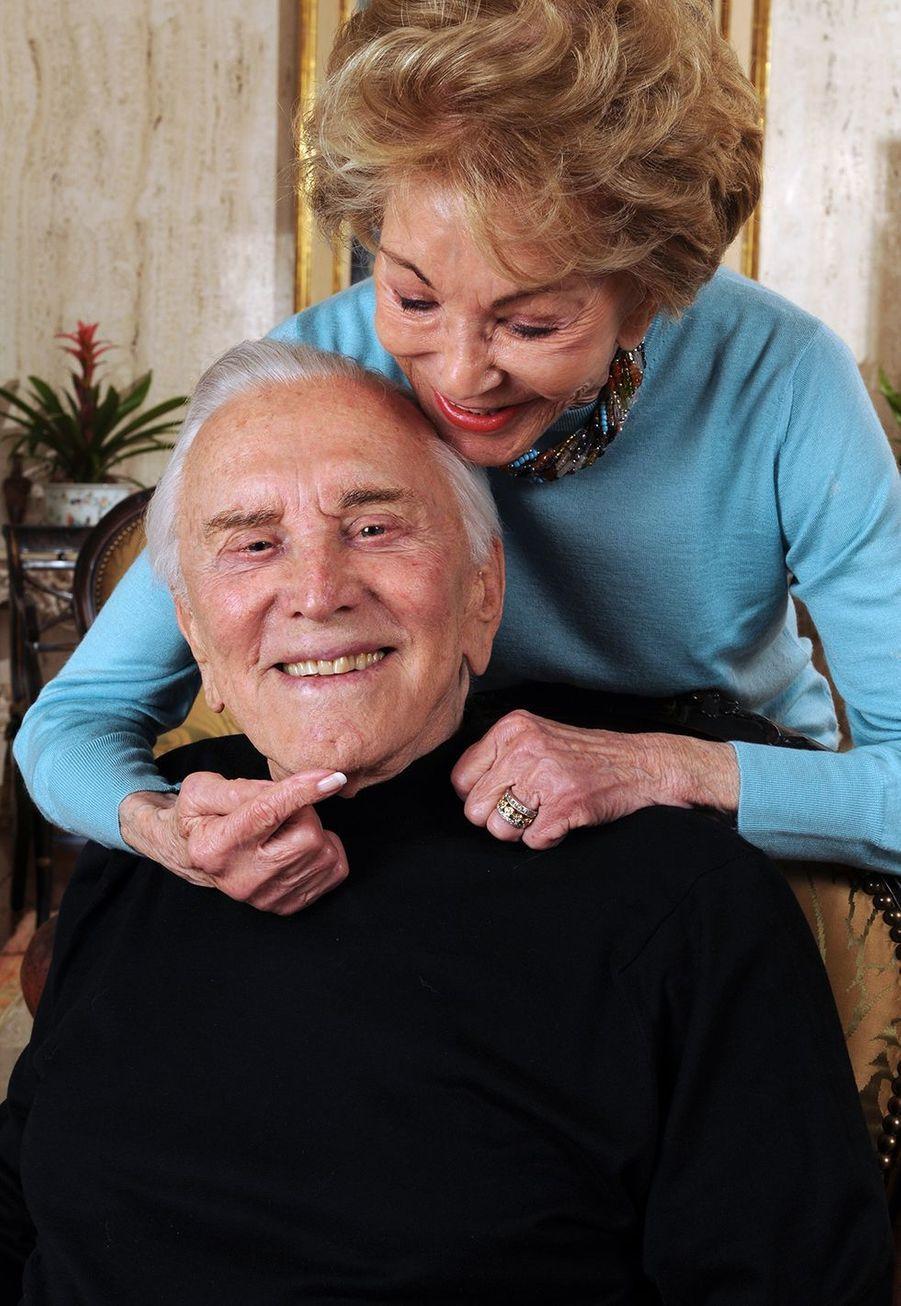Kirk Douglas et sa femme Anne dans leur maison de Beverly Hills en 2008.