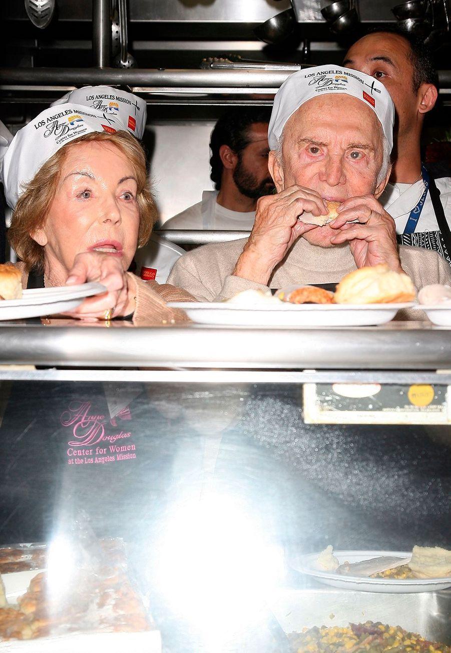"""Kirk Douglas et sa femme Anne participent à l'action """"Un repas de Thanksgiving pour les sans-abris"""" à Los Angeles en 2008."""