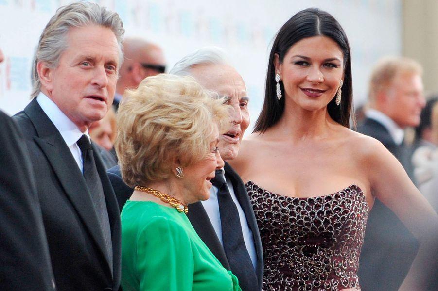 Kirk Douglas avec sa femme Anne, son fils Michael Douglas et sa belle-filleCatherine Zeta-Jones lors desAFI Lifetime Achievement Awards à Culver City en 2009.