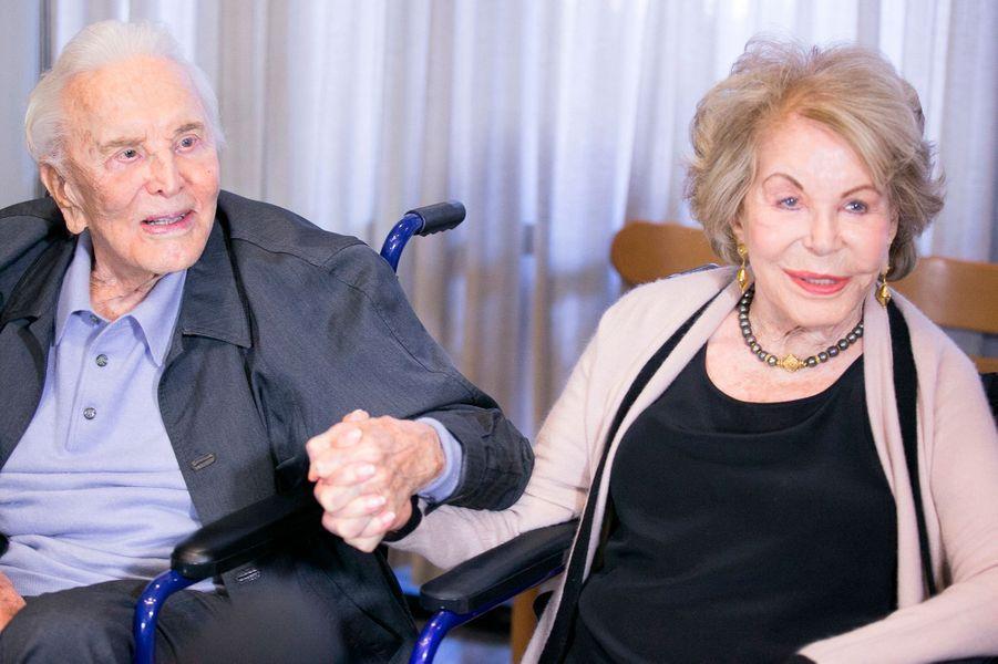 Kirk Douglas et sa femme Anne lors du 25ème anniversaire du Centre Anne Douglas à Los Angeles en 2017.