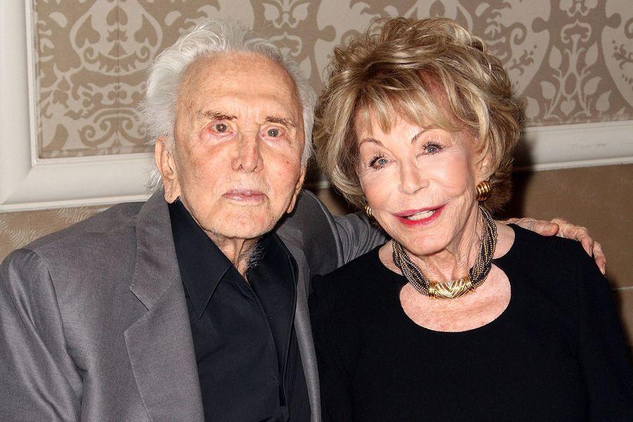 Kirk Douglas et sa femme Anne à un gala du Centre Anne Douglas à Beverly Hills en 2013.