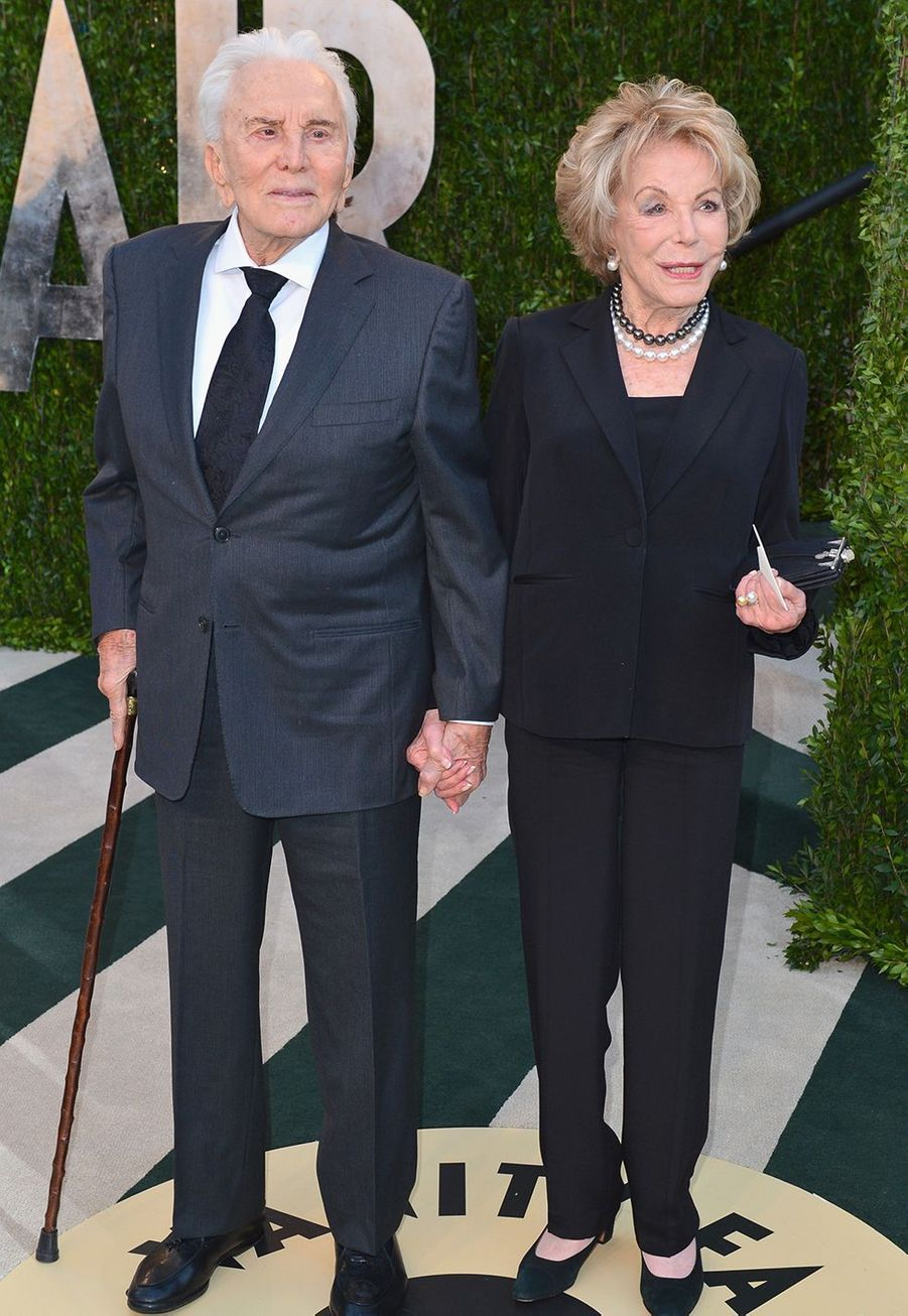 Kirk Douglas et sa femme Anne lors de l'after party des Oscars organisée par Vanity Fair à Hollywood en 2013.