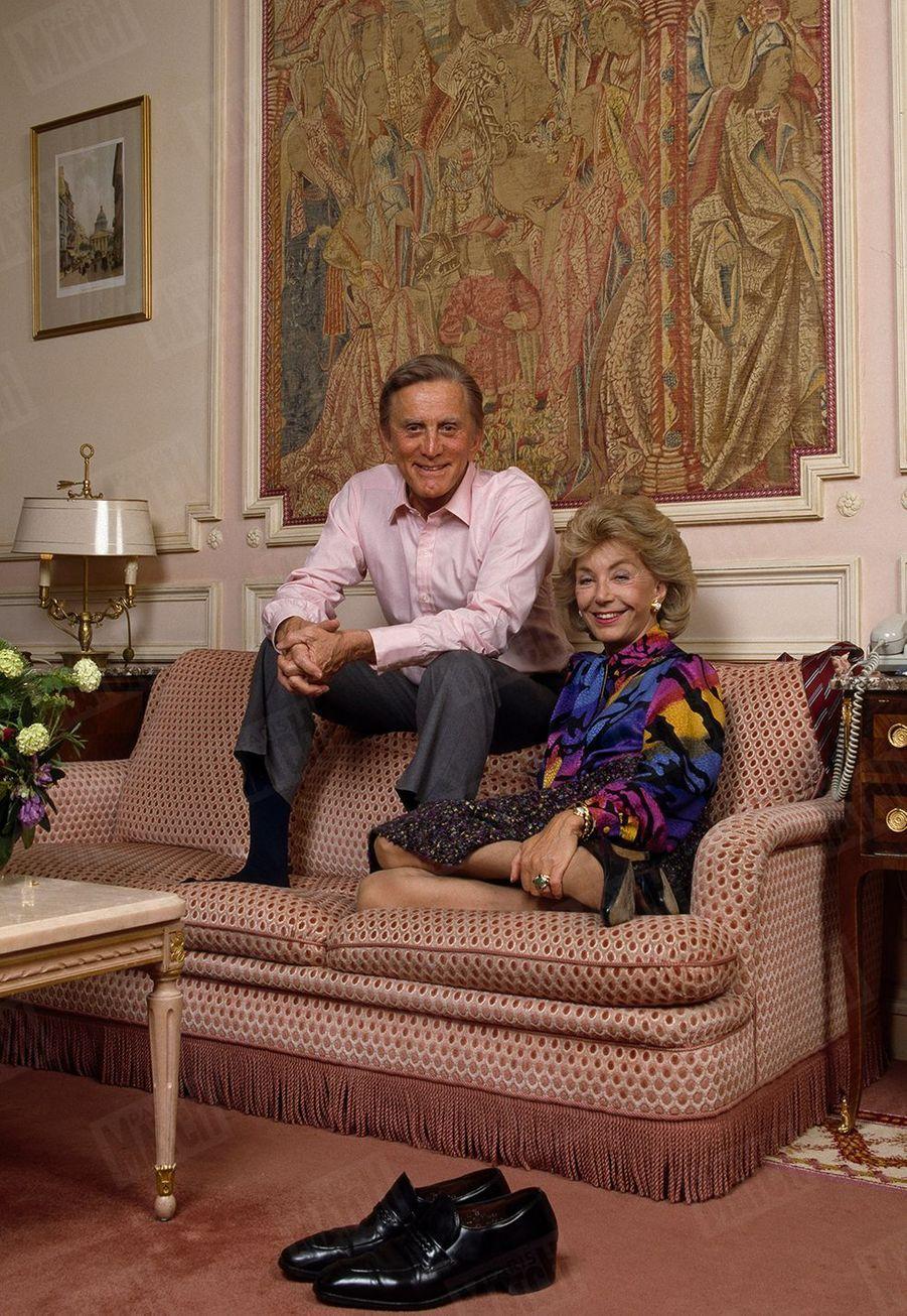 """Kirk Douglas et sa femme Anne dans leur chambre d'hôtel à Paris en 1987, où ils se sont rendus pour promouvoir le nouveau film de Kirk """"Coup double""""."""