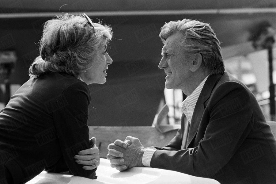 Kirk Douglas et sa femme Anneface à face sur le port de plais, lors duFestival du cinéma américain de Deauville en 1987.