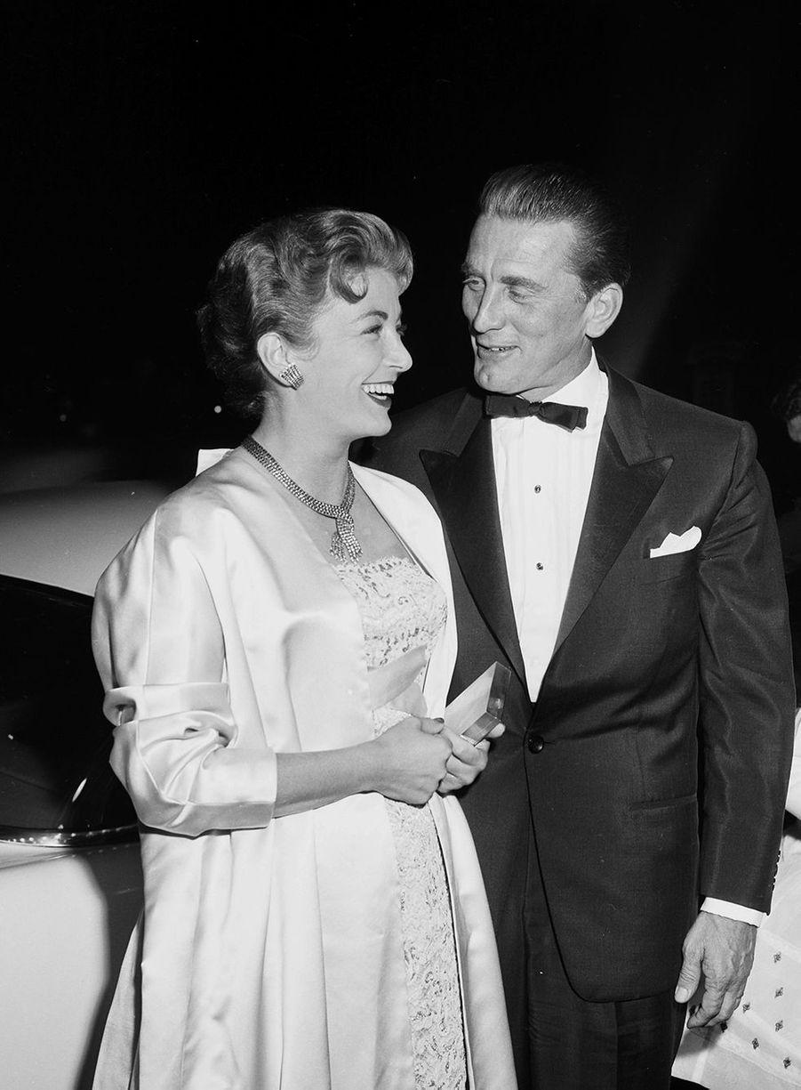 """Kirk Douglas et sa femme Anne se rendent à la première de""""Lust for Life"""" à Los Angeles vers 1956."""