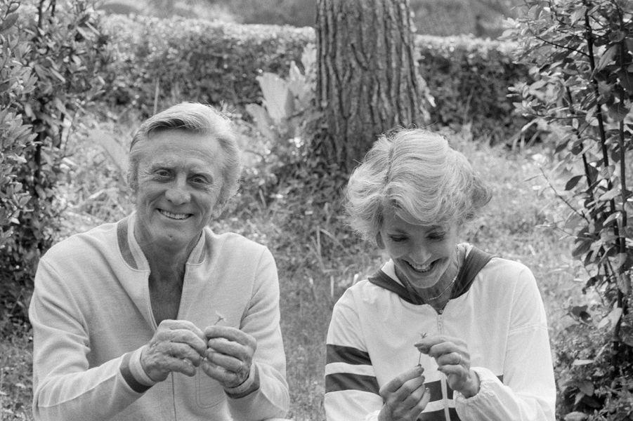 Kirk Douglas et sa femme Anne prennentune pause dans un parc lors du32ème Festival de Cannes en 1979.Ils ont profité de leur venue à Cannes pour célébrer leurs noces d'argent.