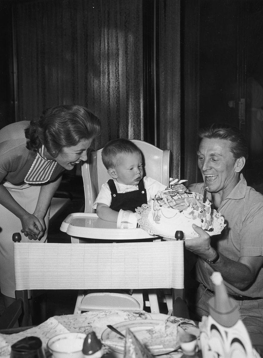 Kirk Douglas et sa femme Anne fêtent le premier anniversaire de leur fils Peter en novembre 1956. Peter est le troisième fils de Kirk, qui était déjà père de Michael et Joel, issus de son mariage avec Diana Dilla, avant de rencontrer Anne.
