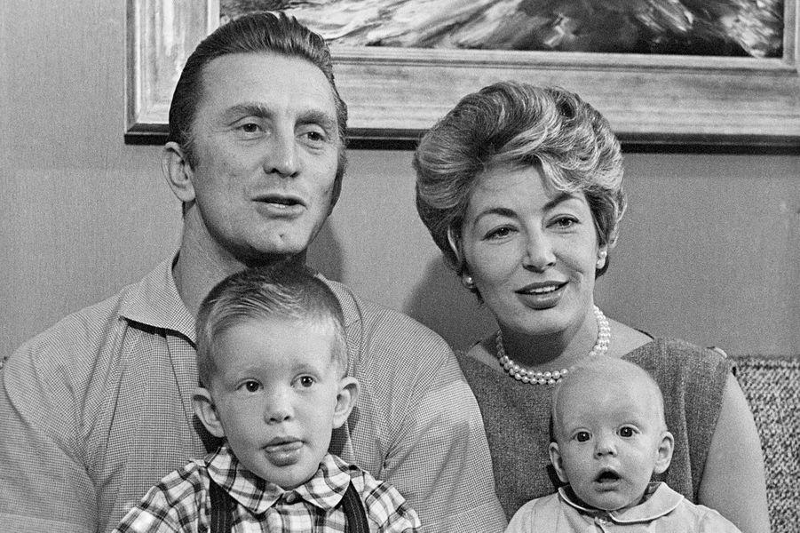 """Kirk Douglas, sa femme Anne et leurs fils Peter (ici 3 ans) et Eric (ici 5 mois) en 1958. A cette période, Kirk se préparait pour son rôle iconique dans """"Spartacus""""."""