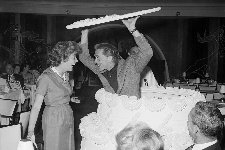 Kirk Douglas fait une surprise à sa femme Anne pour son anniversaire en 1959, qui a eu lieu dans leur villa de Palm Springs.