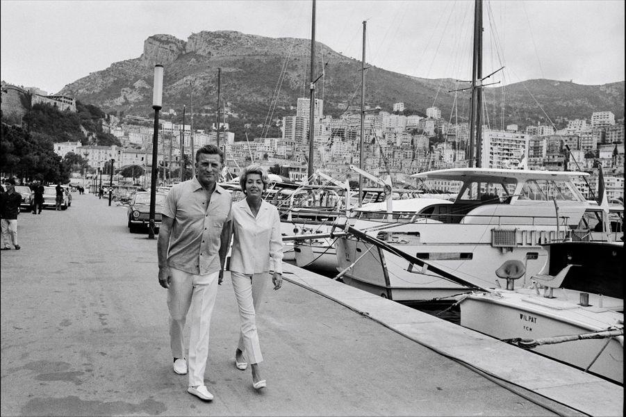Kirk Douglas et sa femme Anne se promènent en amoureux pendant leurs vacances en France en 1965.