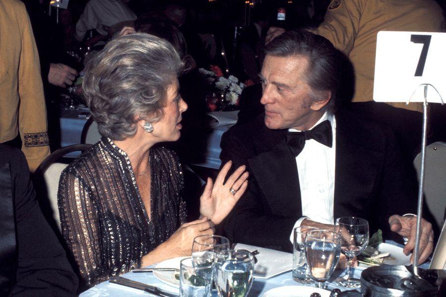 Kirk Douglas et sa femme Anne lors d'un dîner officiel à l'hôtel Hilton à New York en 1975.