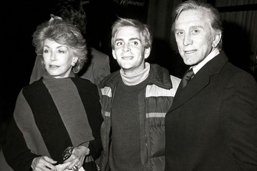 Kirk Douglas avec sa femme Anne et son fils Eric Douglas à l'hôtel Regency à New York en 1984.