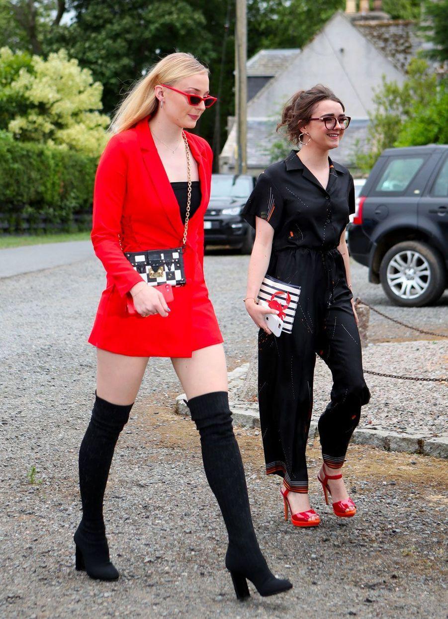Arrivée de Sophie Turner (Sansa Stark dans «Game of Thrones») et Maisie Williams (Arya Stark), samedi.