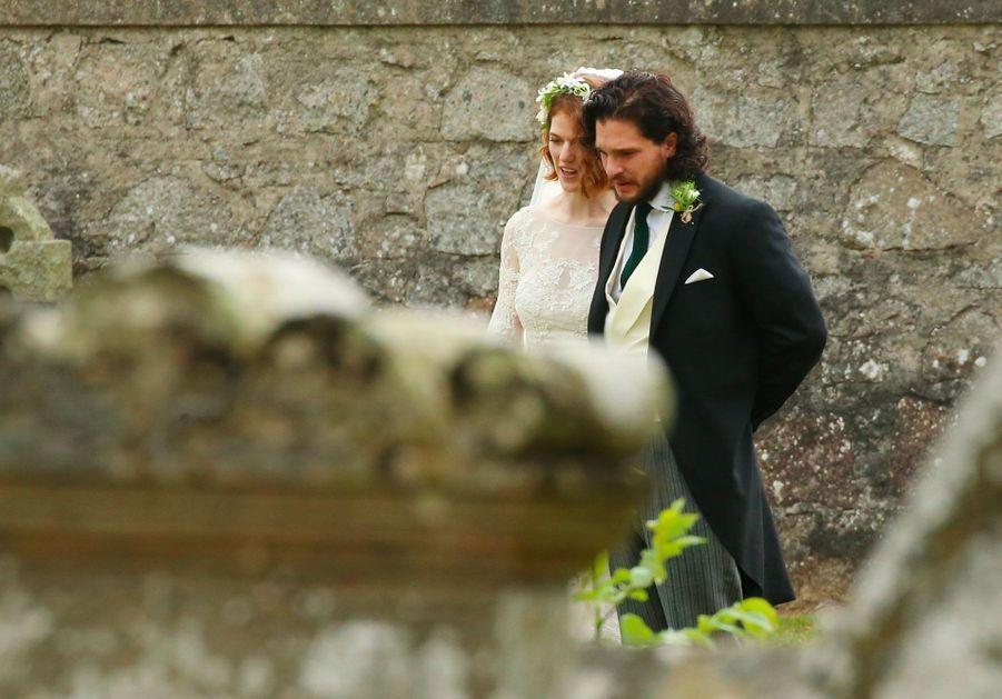 Les mariés dans l'enceinte de l'église de Kirkton of Rayne, samedi.