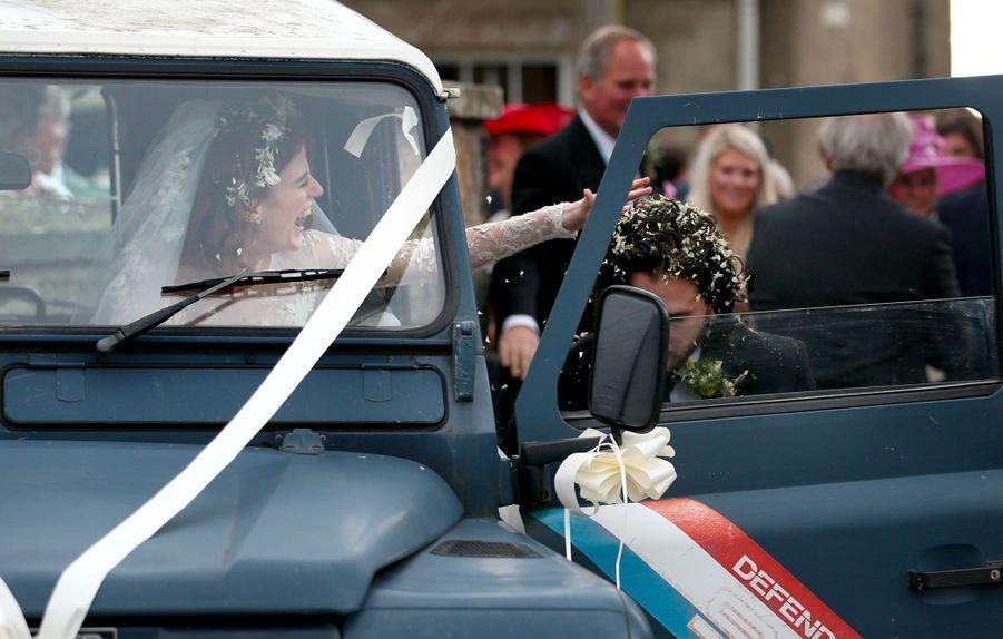 Rose Leslie tente d'épousseter les cheveux de Kit Harington, samedi.