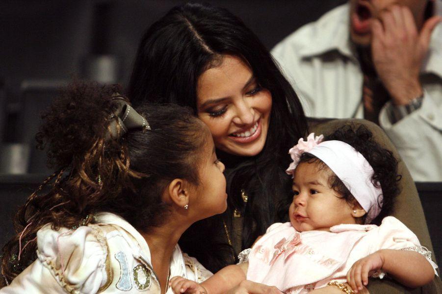 Vanessa Bryant assiste à un match de Kobe Bryant avec leurs filles Natalia et Gianna à Los Angeles le 3 novembre 2006