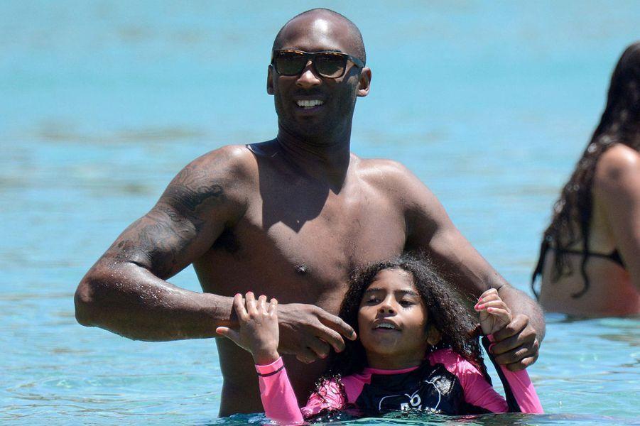 Kobe Bryant en vacances en famille, ici avec sa fille Gianna, en Grèce le 25 juin 2014