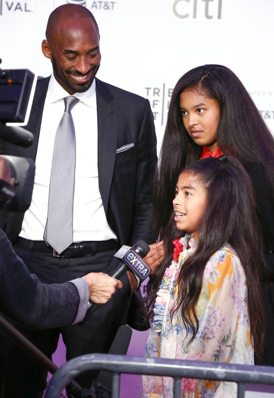 Kobe Bryant avec ses filles Natalia et Gianna au Festival du film de Tribeca à New York le 23 avril 2017