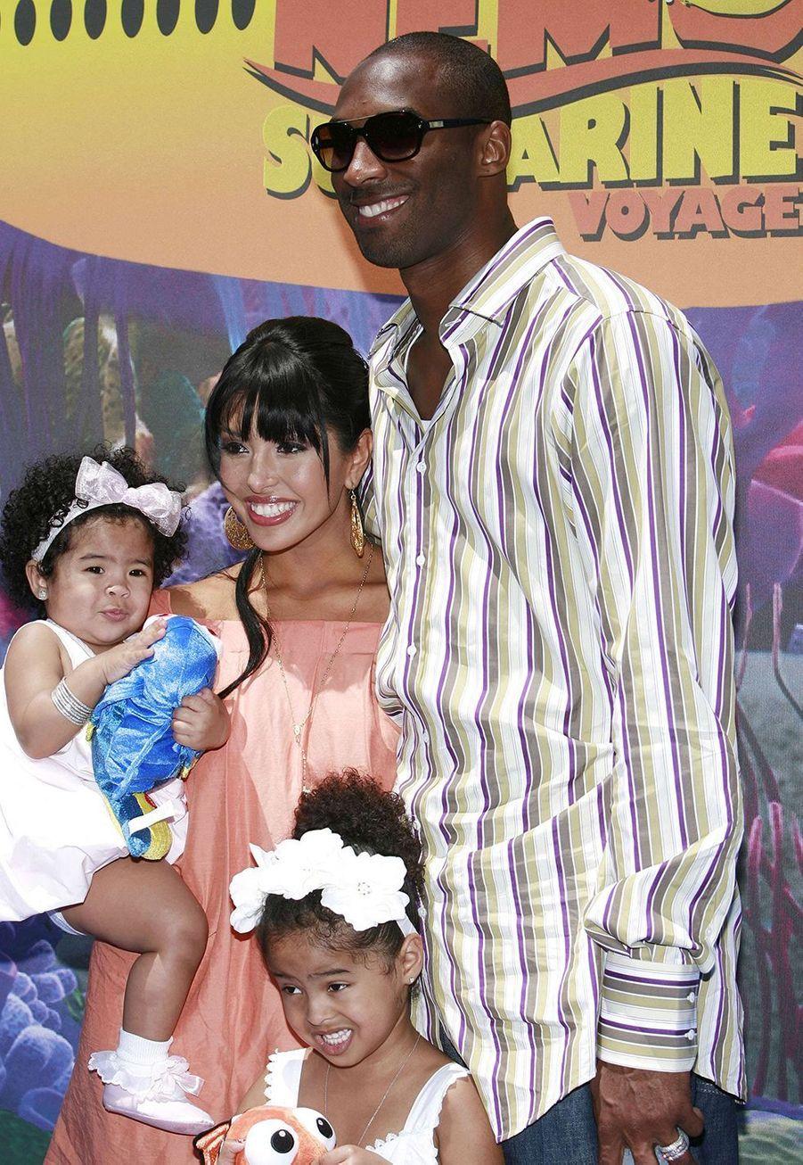 Kobe Bryant avec son épouse Vanessa, leur fille Gianna (dans les bras de Vanessa) et leur fille Natalia (en bas) à Disneyland à Anaheim le 10 juin 2007