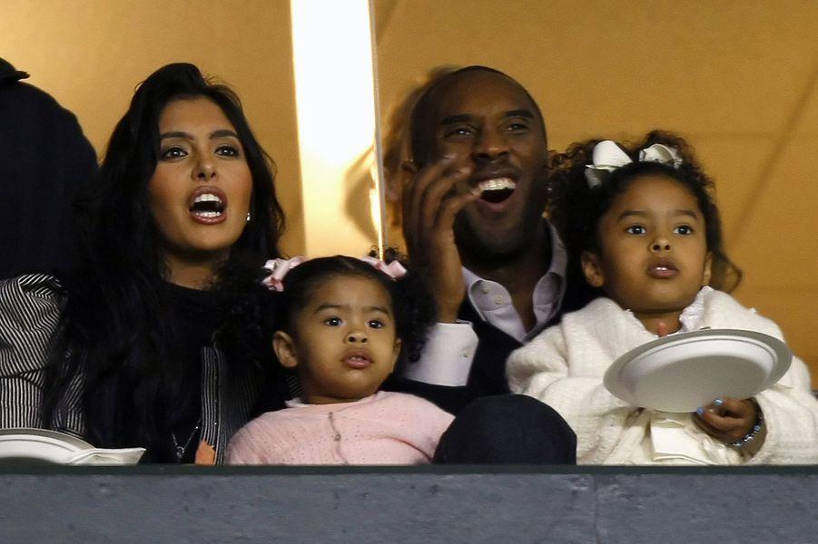 Kobe Bryant avec sa femme Vanessa et leurs filles Gianna et Natalia à Carson (Californie) le 3 avril 2008