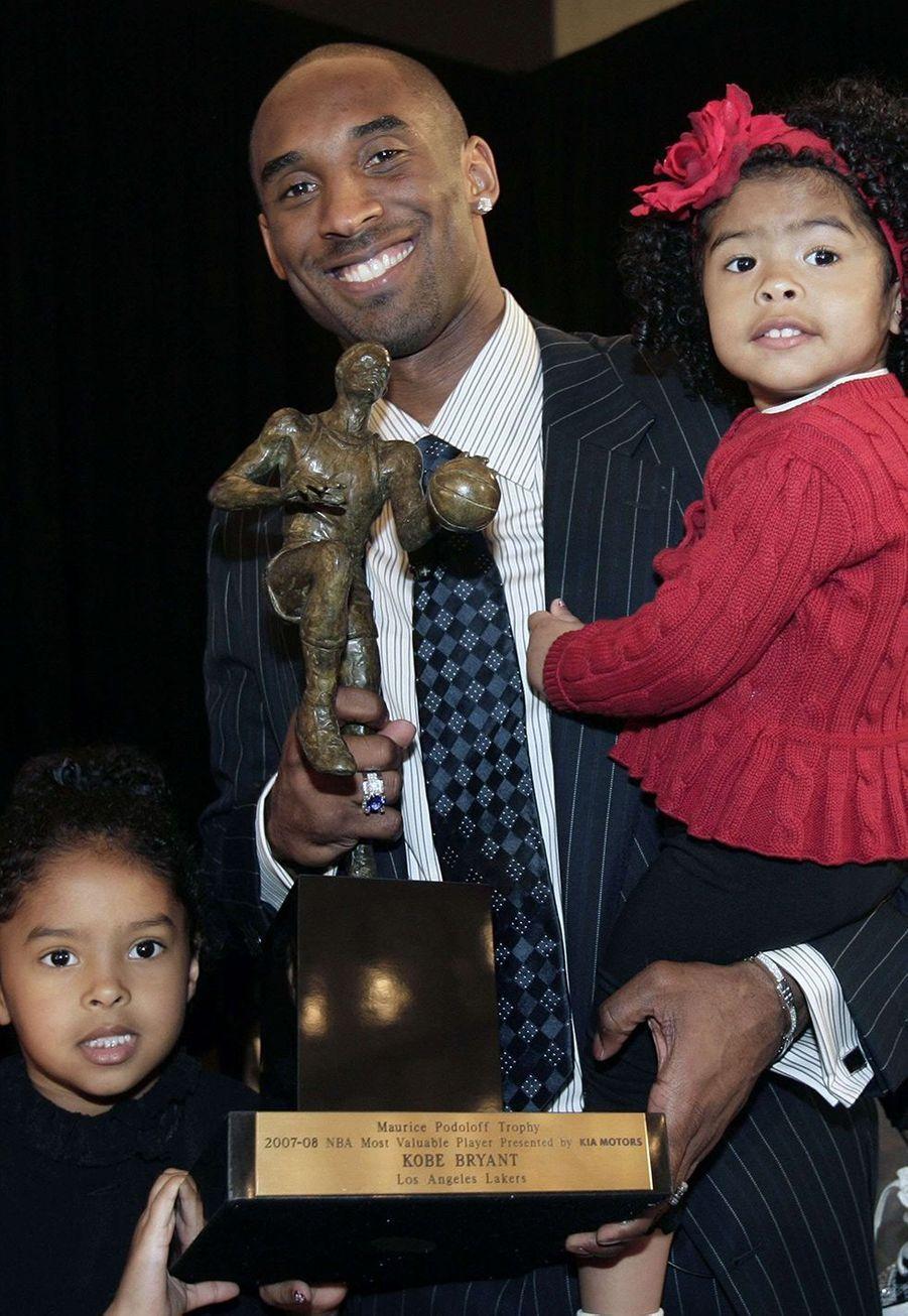 Kobe Bryant avec sa fille Natalia (à gauche) et sa fille Gianna dans les bras à Los Angeles le 6 mai 2008