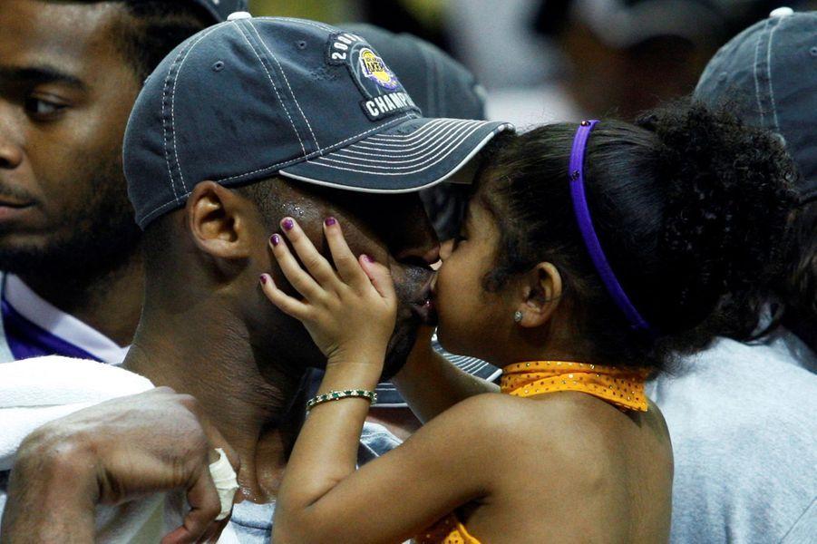 Kobe Bryant reçoit un bisou de sa fille Gianna après un match à Orlando le 14 juin 2009