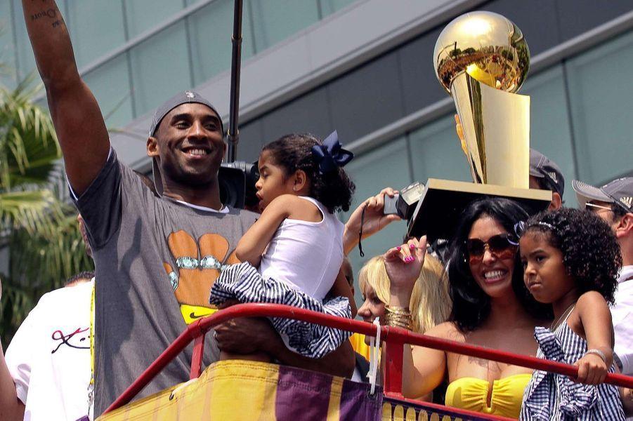 Kobe Bryant avec sa fille Gianna (dans ses bras), son épouse Vanessa et leur fille Natalia à Los Angeles le 17 juin 2009