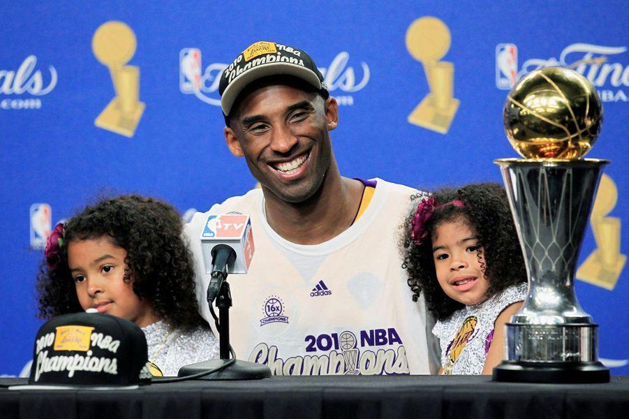 Kobe Bryant avec ses filles Natalia et Gianna après un match à Los Angeles le 17 juin 2010