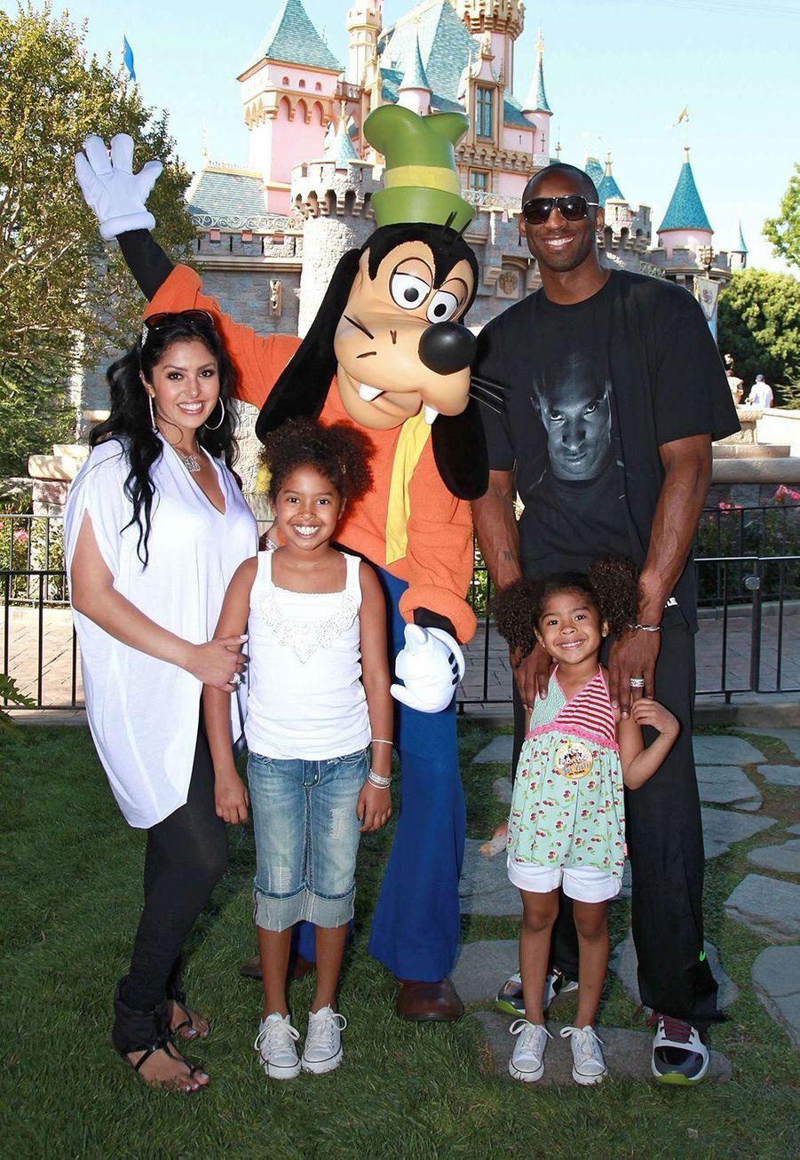 Kobe Bryant avec sa femme Vanessa Bryant et leurs filles Natalia et Gianna à Disneyland à Anaheim le 22 juin 2010