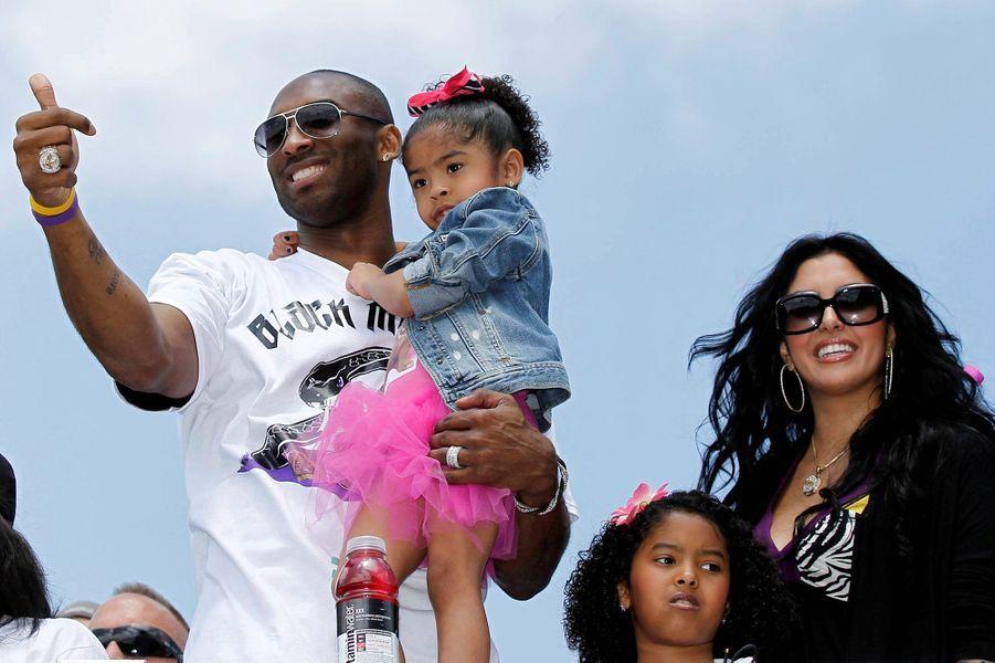 Kobe Bryant avec sa fille Gianna dans les bras, son épouse Vanessa et leur fille Natalia à Los Angeles le 21 juin 2010