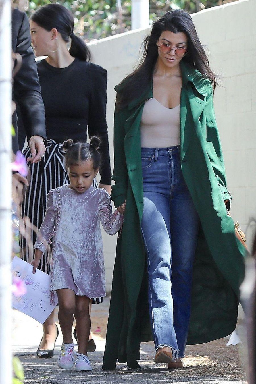 Kourtney Kardashian avec sa nièce North dans les rues de Los Angeles le 9 avril 2017