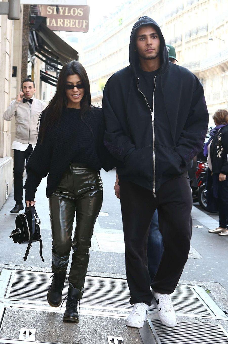 Séance shopping en plein coeur de Paris pour Kourtney Kardashian et Younes Bendjima.