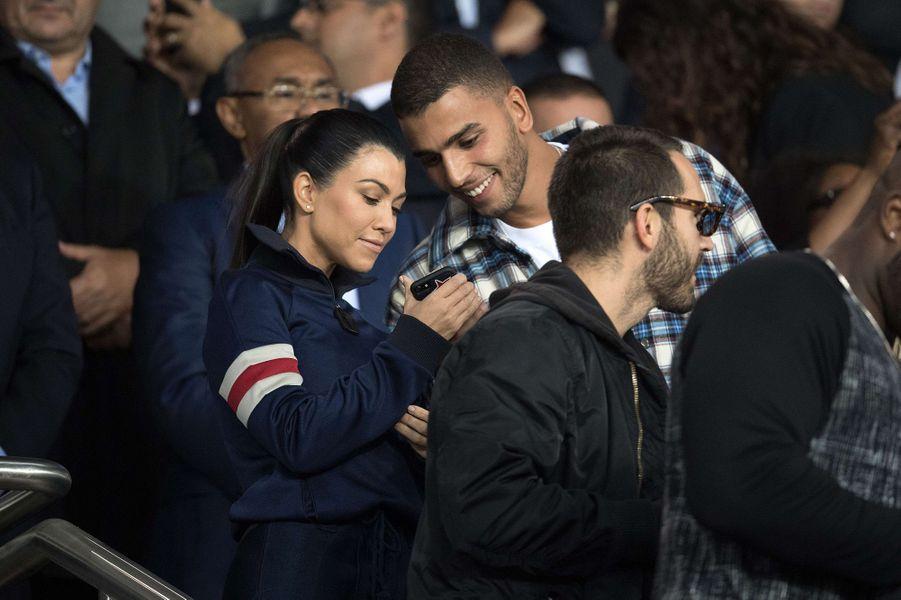 Kourtney Kardashian et Younes Bendjima dans les tribunes du Parc des princes, le 27 septembre 2017.